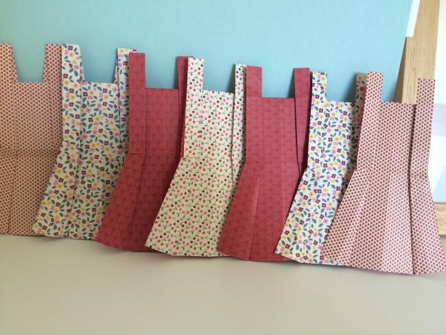 tuto diy la guirlande de robes en origami roster con. Black Bedroom Furniture Sets. Home Design Ideas